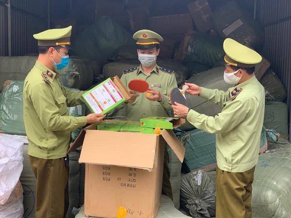Lực lượng chức năng kiểm tra số hàng được bắt giữ tại bưu cục Tân Thanh (Ảnh: Quản lý Thị trường Lạng Sơn)