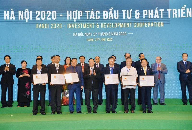 Ông Đỗ Quang Hiển – Chủ tịch HĐQT kiêm Tổng Giám đốc Tập đoàn T&T Group (hàng phía trước, thứ nhất từ phải sang) thay mặt T&T Group nhận quyết định chủ trương đầu tư dự án Cụm công nghiệp Nam Phúc Thọ
