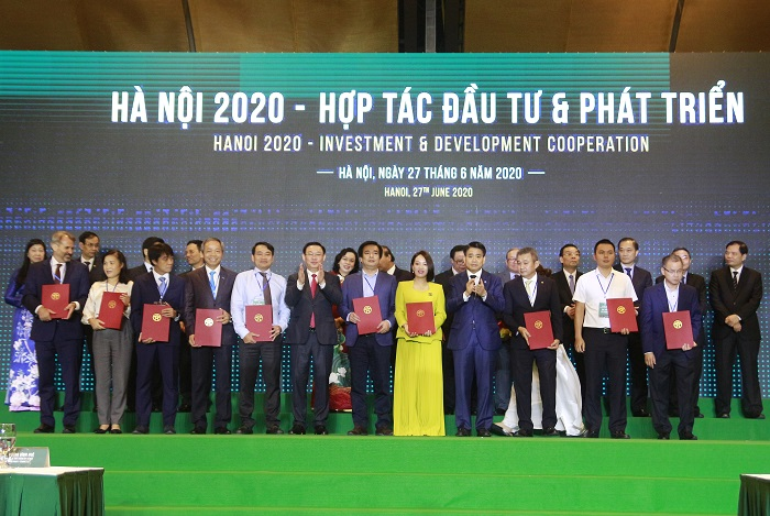 Lãnh đạo TP. Hà Nội trao giấy chứng nhận đầu tư cho 229 dự án.