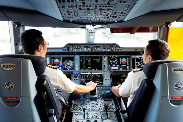 Phi công Vietnam Airlines trong buồng lái