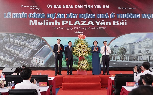 Lãnh đạo tỉnh Yên Bái tặng hoa cho đơn vị phát triển và chủ đầu tư dự án Melinh Plaza Yên Bái