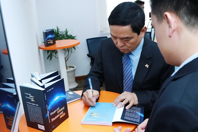 Ông Lê Viết Hải ký tặng sách