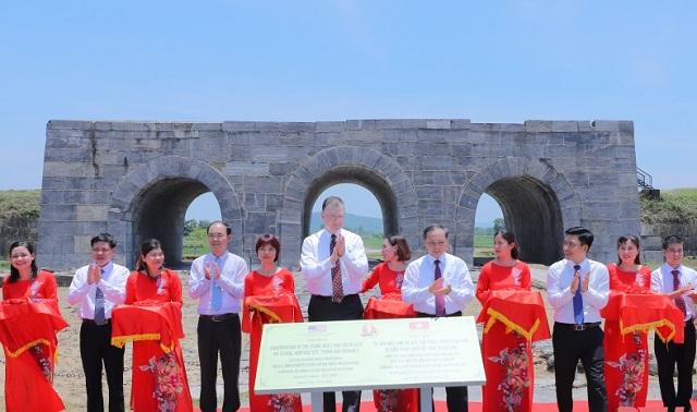 nghi lễ cắt băng khánh thành dự án tu sửa mái vòm và bảo tồn cổng thành phía nam Thành nhà Hồ