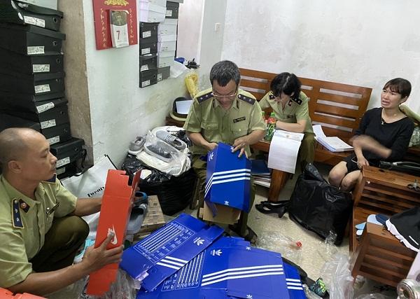 Lực lượng Quản lý thị trường Hà Nội kiểm tra hàng hóa vi phạm