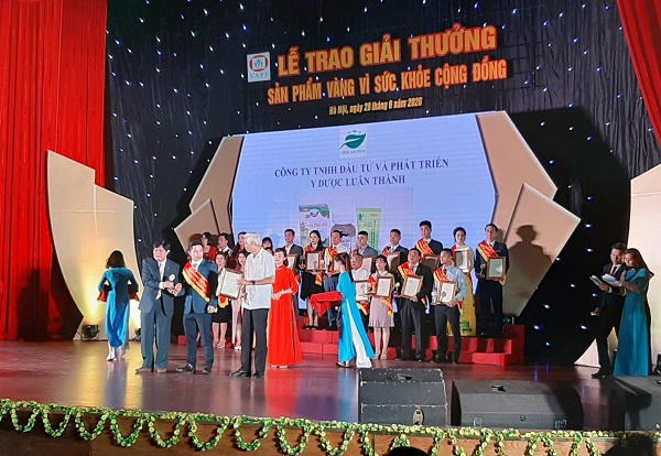 Đại diện Công ty TNHH Y dược Luân Thành lên nhận bằng khen từ Ban tổ chức