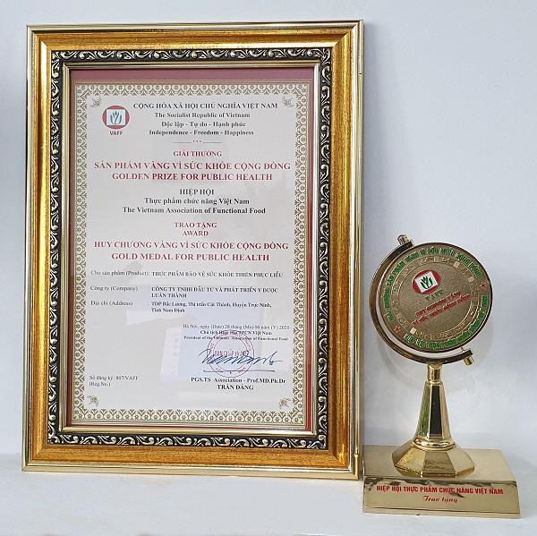 Huy chương vàng và giấy chứng nhận giải thưởng của công ty TNHH Đầu tư và Phát Triển Y Dược Luân Thành