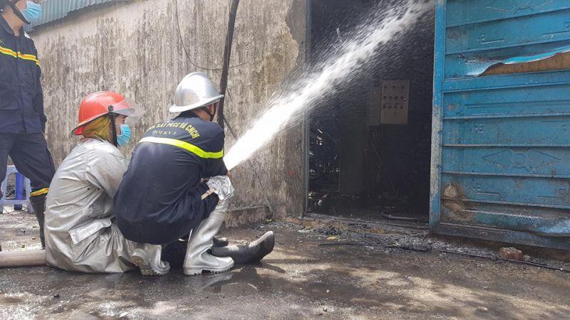 Lực lượng chức năng tiến hành dập lửa tại nơi xảy ra hỏa hoạn