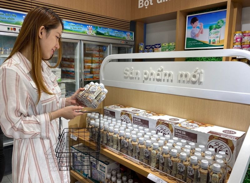 """Sản phẩm Cà phê sữa đóng chai """"Hi! Café"""" mới được Vinamilk đưa ra thị trường cùng kế hoạch phát triển chuỗi cửa hàng bán lẻ cà phê, đồ uống cùng tên."""