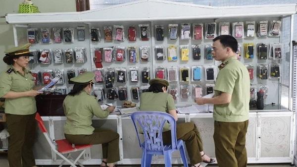 Lực lượng QLTT Hà Giang tiến hành kiểm tra hàng hóa có dấu hiệu giả mạo nhãn hiệu Apple, Samsung