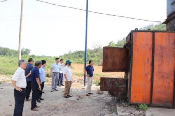 Đoàn công tác của Sở Tài nguyên và Môi trường Thanh Hóa kiểm tra thực địa các lò đốt rác mà Công ty CP Đầu tư Quốc tế Hải Ninh Việt Nam đang đầu tư, sửa chữa, nâng cấp tại Bãi rác Núi Voi, phường Đông Sơn. (Ảnh: http://bimson.thanhhoa.gov.vn/)
