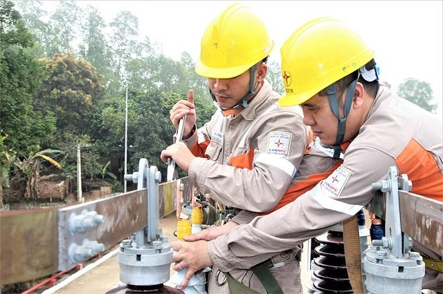 Nhân viên Công ty Điện lực Phú Thọ kiểm tra trạm biến áp tại xã Thanh Uyên, huyện Tam Nông