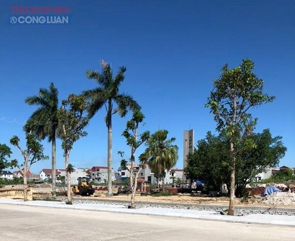 Bờ kè, lát đá vỉa hè, nền và rất nhiều hạng mục phụ trợ thuộc dự án này gần như đã được thi công xây dựng hoàn thiện trước ngày đóng thầu.