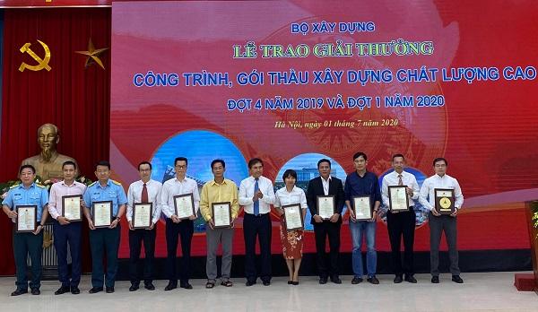 Ông Phạm Ngọc Sáu- Giám đốc sân bay Vân Đồn nhận Giải thưởng Công trình chất lượng cao 2019