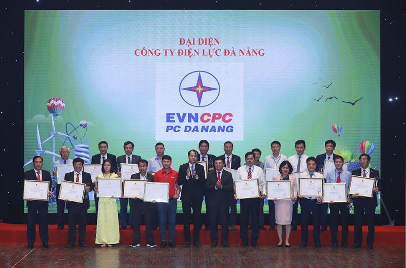 Lãnh đạo Bộ Công Thương, Vụ Tiết kiệm Năng lượng và Phát triển bền vững cùng trao giải thưởng cho những doanh nghiệp đạt tiêu chí năng lượng bền vững năm 2019