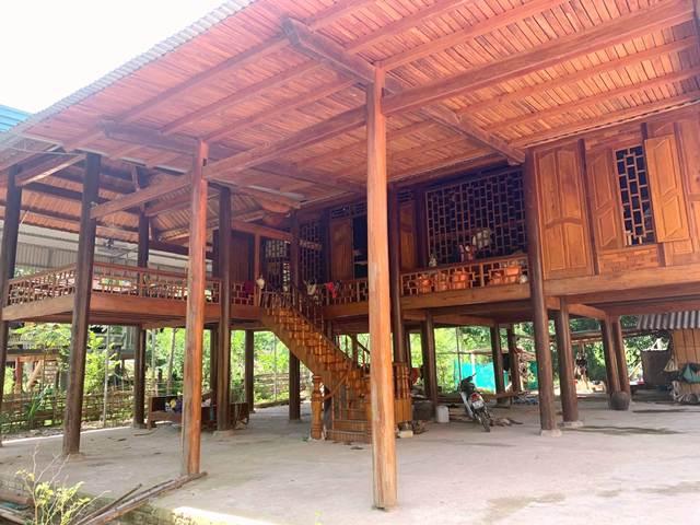 Những căn nhà sàn khang trang của đồng bào Thái năm theo  con đường vào nhà máy