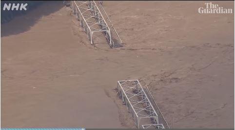 Một cây cầu bị nước lũ cuốn trôi. Ảnh: NHK