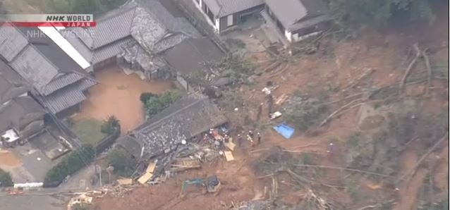 Lực lượng cứu hộ đang tiến hành giải cứu các nạn nhân sau một trận lở đất. Ảnh: NHK