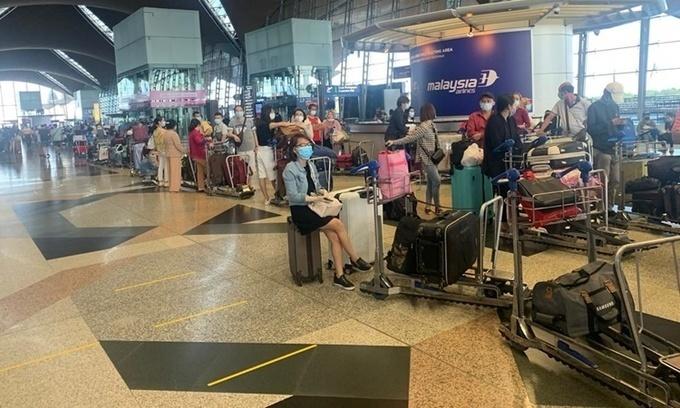Công dân Việt Nam xếp hàng tại sân bay ở Malaysia, chuẩn bị lên máy bay về nước ngày 5/7. Ảnh:Bộ Ngoại giao.