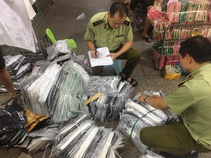 Lực lượng chức năng kiểm tra hàng hóa tại cơ sở kinh doanh trên địa bàn chợ Ninh Hiệp