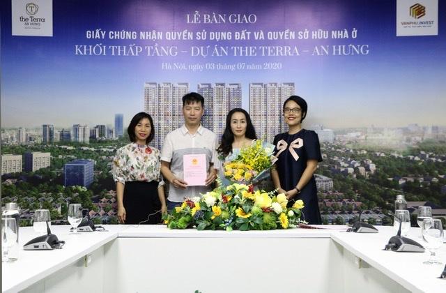 Văn Phú – Invest trao sổ đỏ cho khách hàng sở hữu shophouse The Terra – An Hưng