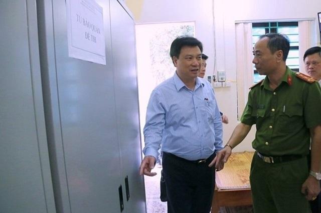 Thứ trưởng Bộ GDĐT Nguyễn Hữu Độ kiểm tra nơi bảo quản đề thi THPT quốc gia 2019 ở Phú Thọ.
