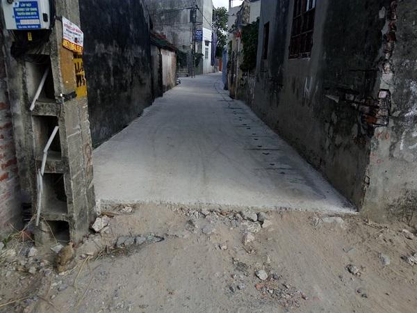 Bên cạnh những đoạn đường đã thi công thì tại đây vẫn còn nhiều tuyến đường đang được thi công dang dở tạo nên khung cảnh nhếch nhác