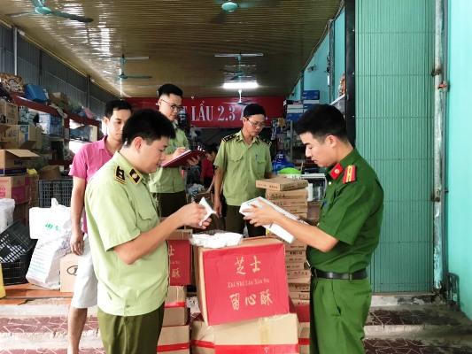 Lực lượng chức năng kiểm tra xuất xứ hàng hóa một cơ sở trên địa bàn tỉnh Vĩnh Phúc