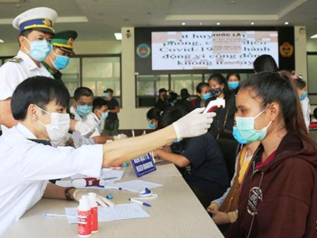 Gần 250 sinh viên Lào đến học tập tại các cơ sở đào tạo của tỉnh Quảng Bình được các cơ quan chức năng tiến hành kiểm tra sức khỏe, khai báo y tế, lấy mẫu xét nghiệm và cách ly tập trung theo quy định