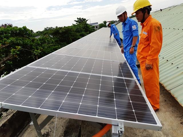 việc phát triển năng lượng tái tạo (NLTT), nhất là điện gió, điện mặt trời, trong đó có điện mặt trời mái nhà vẫn còn một số hạn chế nhất định và chưa tương xứng với tiềm năng to lớn, đặc biệt ở khu vực miền Trung và miền Nam