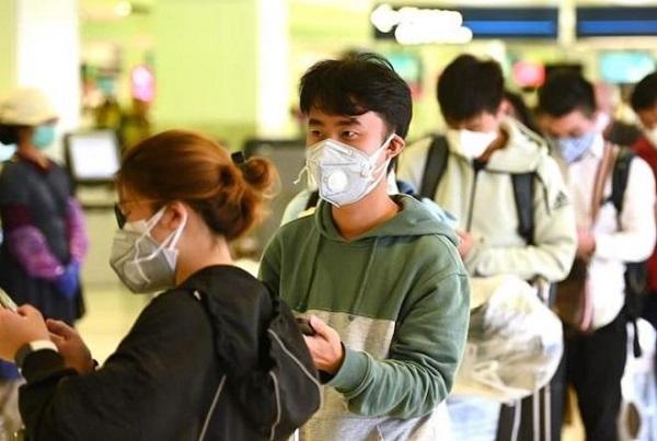 Du học sinh từ Hàn Quốc trở về Việt Nam (Ảnh: TTXVN)