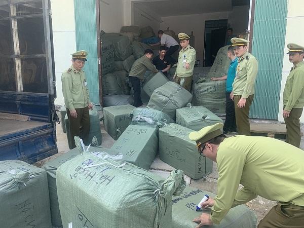 Lực lượng chức năng Lạng Sơn kiểm tra hàng hóa có dấu hiệu vi phạm