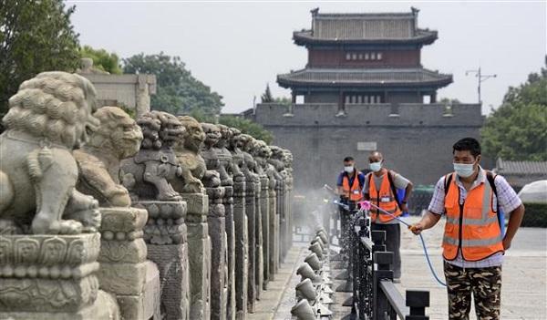 Phun thuốc khử trùng nhằm ngăn chặn sự lây lan của COVID-19 tại Bắc Kinh, Trung Quốc, ngày 4/7/2020 (Ảnh: THX/ TTXVN)
