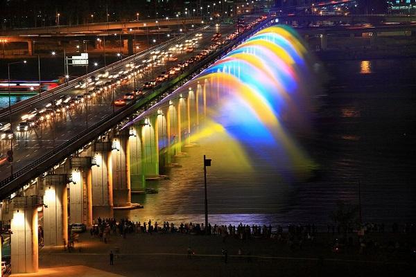 Cầu Banpo bắc ngang sông Hàn tại Seoul (Hàn Quốc) cùng hệ thống phun nước trở thành điểm du lịch nổi tiếng.