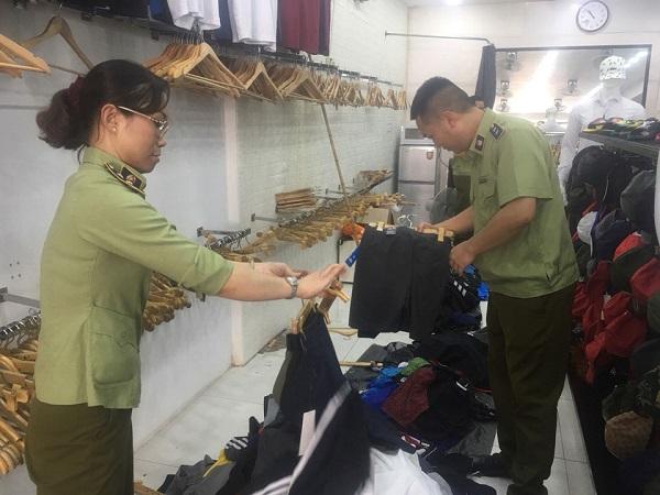 Lực lượng Quản lý thị trường Hà Nội phát hiện, xử lý vi phạm kinh doanh hàng giả tại một cửa hàng trên địa bàn thành phố.