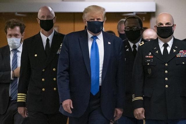 Tổng thống Mỹ Donald Trump lần đầu đeo khẩu trang nơi công cộng