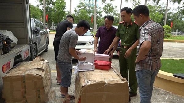 Lực lượng chức năng kiếm tra hàng hóa vi phạm