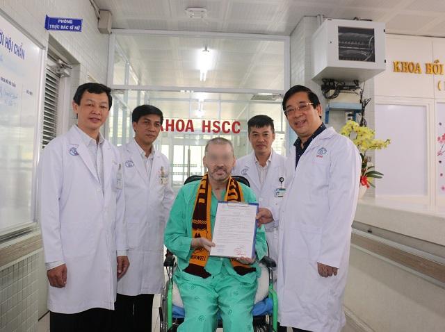 Bệnh nhân 91 nhận giấy chứng nhận xuất viện