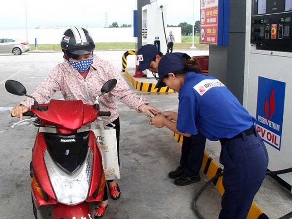 Nhân viên cây xăng Nhật đón tiếp khách hàng niềm nở, phục vụ chu đáo (Ảnh: Trà Phương)