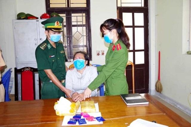 Đối tượng Nguyễn Thị Lương bị bắt cùng tang vật là 12.000 viên ma túy tổng hợp. Ảnh: BP.