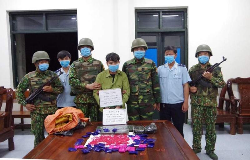 Đối tượng Tạo bị lực lượng chức năng bắt giữ khi đang vận chuyển 6 bánh heroin và 7.600 viên ma túy tổng hợp