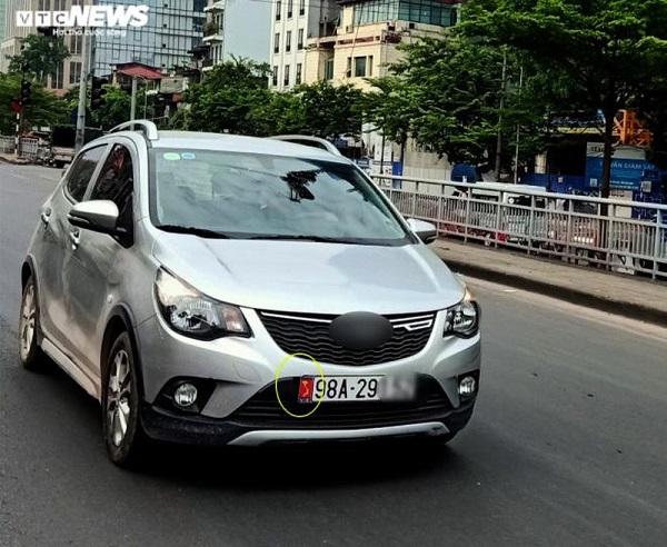 Một chiếc xe ô tô dán đề can bản đồ Việt Nam nhưng không có quần đảo Hoàng Sa, Trường Sa (Ảnh VTC News)
