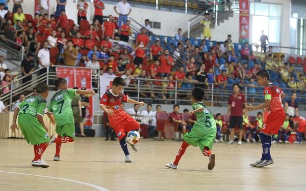 Trong trận ra quân, đội U11 Phú Thọ (áo đỏ) đã có trận hòa 2 - 2 trước U11 Thái Nguyên.