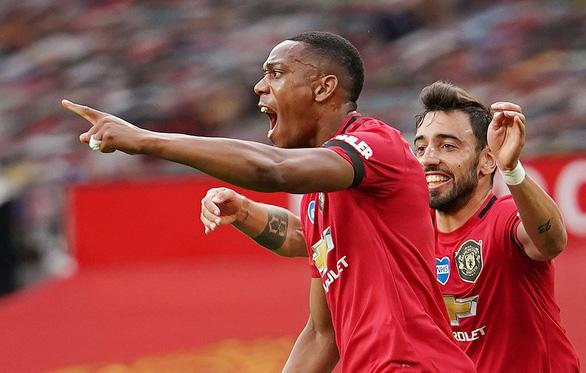 Anthony Martial với niềm vui sau khi ghi bàn thắng đẹp mắt giúp M.U dẫn trước 2-1