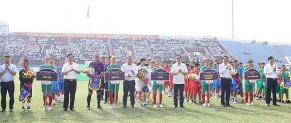 Các đại biểu tặng hoa, cờ lưu niệm cho các đội bóng tham gia Vòng loại bảng I, Giải bóng đá Thiếu niên - Nhi đồng toàn quốc 2020.