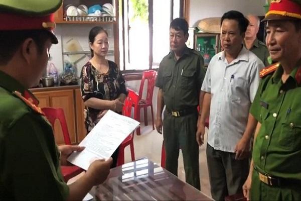 Cơ quan Cảnh sát điều tra Công an Quảng Bình đọc lệnh khởi tố bị can và lệnh cấm đi khỏi nơi cư trú đối với bà Trần Thị Cảnh, nữ Giám đốc công ty Nghĩa Cảnh