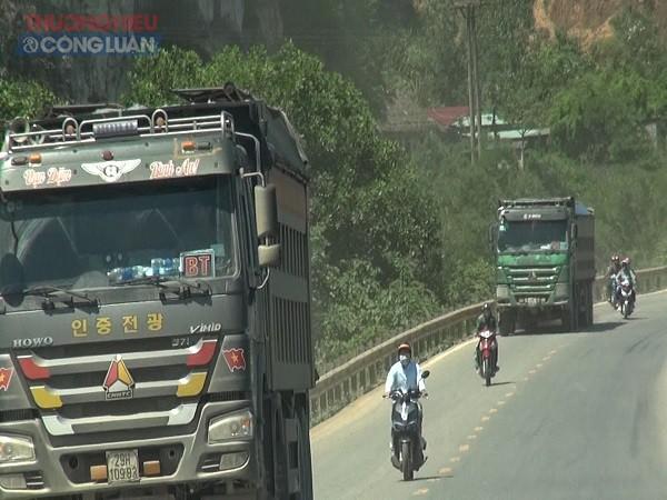 nối đuôi nhau chạy tới cảng Yên Bồng để tiêu thụ.