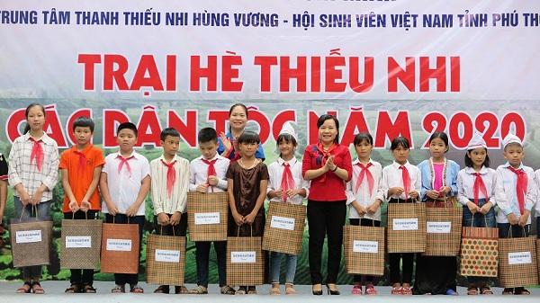 Đồng chí Nguyễn Thị Thanh Huyền và đồng chí Nguyễn Thanh Tâm trao quà cho các em học sinh có thành tích xuất sắc trên địa bàn hai huyện Thanh Sơn và Tân Sơn.