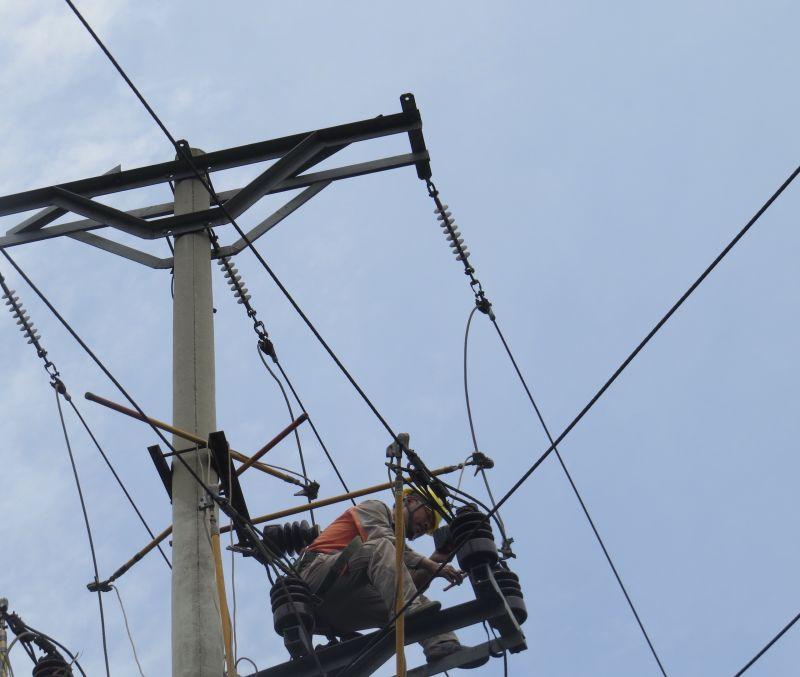 Công nhân Điện lực TP Hạ Long xử lý tiếp xúc