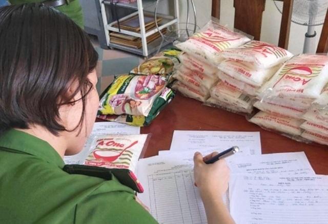 Công an thu giữ hơn 1.200 gói bột ngọt, hạt nêm giả tại cơ sở.