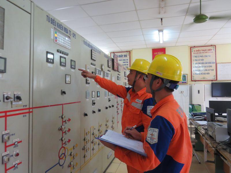 Công nhân TBA 110 kV Mông Dương kiểm tra thông số vào giờ cao điểm